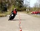 Langer Slalom: Motorradführerschein Grundfahraufgabe