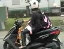 Lebensgeährlich: Kind schläft auf Stuhl im Motorroller - bescheuerte Mutter!