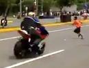 Lebensgefährlich: Kind rennt beim Motorradrennen über Rennstrecke - Schutzengel