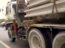 Lebensmüde und unsagbar blöde. Fahrt unter LKW