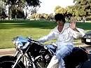 Lebt er doch noch? Elvis auf einer alten Indian ...