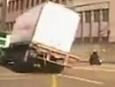 LKW Crash - Motorradfahrer im Glück - gehört halt auch dazu!