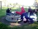 Motorroller Karussell: es lebe die Physik und die Zentrifugalkraft. Brandgefährlicher Abflug!