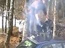 Minibike Burnout ausnahmsweise auf einem Autodach