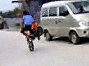 Minimoto Crash beim Sprungversuch - weit genug wars ja, aaaber die Landung ....