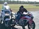 Maßarbeit: Mit gezieltem Stoppie den Blinker am Polizei Motorrad entsorgt