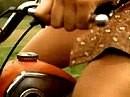 Moped Orgasmus - wenn das Schwungrad unrund rattert, glaubt die Maid sie wird geknattert.