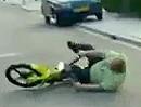 Mopped Crash: Opa Obercool haut sich beim Powerwheelie aufs Brett