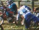 Motocross Crash. Mit der Bierdose in der Hand, in die Startaufstellung gerannt - Idiot