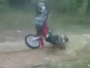 Motocross Crash. Stimmt der Speed am Hügel nicht, der Aufschlag unvermeidbar ist