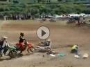 Motocross Crash: Streckenposten rennt in die Startaufstellung - Idiot