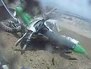 Motocross Crash: Über die Kuppe gesprungen und in Fahrer geknallt - Übel