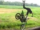 Motocross Überschlag mit schöner Flugphase und super Haltungsnoten.