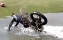 Motocross Überschlag: Wasseraufnahme für Mensch und Material