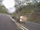Motorrad Crash Obacht: Straße nass, Grip zu wenig, geht auf Knochen und Plastik