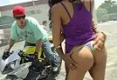 Motorcycle Stunts: Halbnackte Frauen, qualmender Gummi ;-)