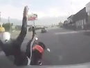 Motorrad Auto Crash: Abgeräumt und seine eigen Sch**** noch ins Netz gestellt