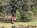 Motorrad Backflip: Extrem kurz, extrem niedrig, extrem perfekt - Trial Kunst