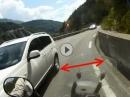 Motorrad Beinah-Unfall: Auto kommt auf Gegenfahrbahn - Idiot