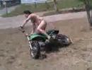 Motorrad Crash: Hauts Dich mit Bikini hin, macht Helm und Leder plötzlich Sinn