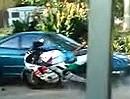 Motorrad Burnout Crash: Vollgas, Grip und ab in Pappis Auto - Herzlichen Glückwunsch