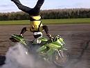 Motorrad Burnout im Handstand - Burn, burn