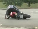 Motorrad Burnout mit finalem Crash - Der Dödel lässt das burnen nicht ...