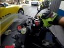 "Motorrad Crash: Abflug über ""Bande"" Bus, Taxe - Fahrer leicht verletzt"