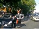 Motorrad Crash: Abflug und das Gesetz der Fäuste - RoadRage in Russland