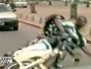 Motorrad Crash: Affen gemacht und kurz und knaick aufs Maul gepackt