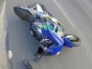 Motorrad Crash am Zebrastreifen. Zu schnell am Gas taugt selten was!