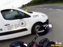 Motorrad Crash: Auto an Kreuzung gepennt, Einschlag Seitentür - Fahrer OK