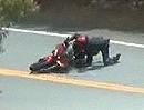 Motorrad Crash beim Knieschleifen. Plastik und Kniechleifer erfolgreich angeschliffen