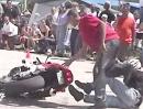 Motorrad Crash: Beim Stoppie ein bisschen zu hart den Anker gesetzt