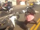 Motorrad Crash beim Stunt (Christ) Helm auf, gerappelt, selbst schuld
