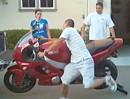 Motorrad Crash beim verladen: Arme zu kurz, Kratzer im Lack!