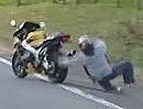 Motorrad Crash: Buben lasst den Hobel los, der fliegt auch alleine ab
