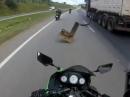 Motorrad Crash durch LKW-Teile - Keine Chance, Fahrer leicht verletzt