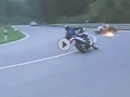 Motorrad Crash: Eine Kurve, zwei Stürze. der erste rutscht, der zweite überbremst