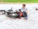 Motorrad Crash Fahranfänger: 2 mal probiert und zweimal ist was passiert