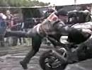 Motorrad Crash: Freiflug auf der Brennplatte oder Highspeed Donut