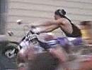 Angrillen: Motorrad Stunt Crash Tatort Gartenparty - Ab ins Grillgut