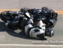 Motorrad Crash: Honda CBR incl. Fahrer knutschen nach Gripverlust den Asphalt - Snake