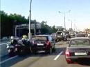 Motorrad Crash in Russland für zwei war die Lücke einfach zu klein