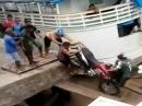Motorrad Crash ins Hafenbecken - geht, geehht, langsam, scheisse ...