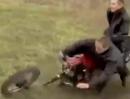 Motorrad Crash: Ist die Gabel morsch und alt, geht es auf die Fresse halt ...