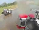 Motorrad Crash. Ist die Straße nass und schmutzig, hauts dich aufs Maul, das ist nicht putzig