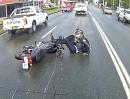 Motorrad Crash: Ist die Straße regennass, macht abruptes Bremsen keinen Spaß