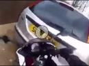 Motorrad Crash: Leistung 'zu viel', Kontrolle zu wenig, ab in Nachbars Auto