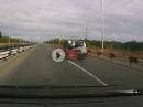Motorrad Crash: Rechts überholt, in die Eisen, Abflug - Kurios?!